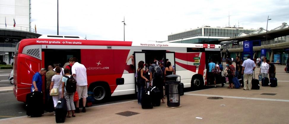 Les navettes de parkings privés indésirables à l'aéroport de Lyon